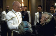 Captain Picard receive a delegation of aliens